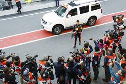 Гонщик Red Bull Racing Даниэль Риккардо возвращается в боксы после остановки на трассе