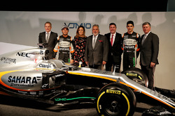 Andrew Green, Sahara Force India F1 Team Director técnico; Sergio Pérez, Sahara Force India F1; Natalie Pinkham, presentador de Sky Sports; El Dr. Vijay Mallya, dueño de Sahara Force India F1; David Croft, comentarista de deportes de Sky; Esteban Ocon, Sah