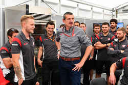 Kevin Magnussen, Haas F1 Team celebrates his Birthday, Guenther Steiner, Haas F1 Team Team Principal and the team