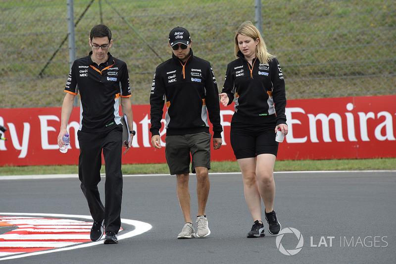 Sergio Pérez, Force India y Bernie Collins, Force India ingeniero de estrategia camina en la pista