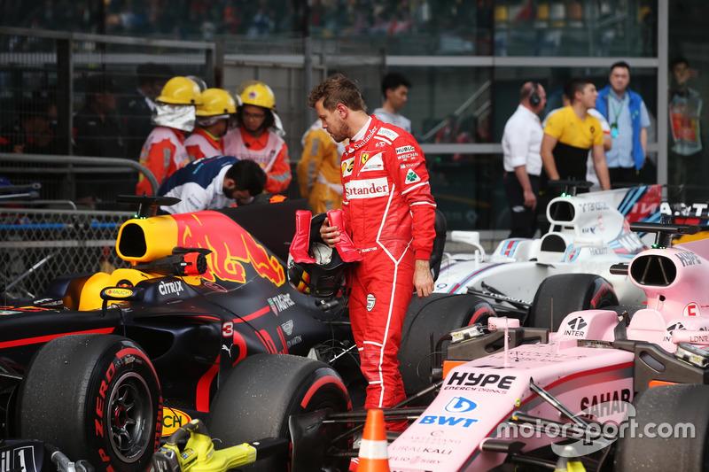 Себастьян Феттель, Ferrari, розглядає Red Bull Racing RB13 Даніеля Ріккардо