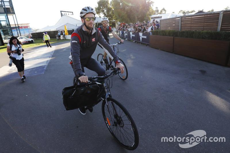 Ромен Грожан, Haas F1 Team, їде на велосипеді по Альберт Парку