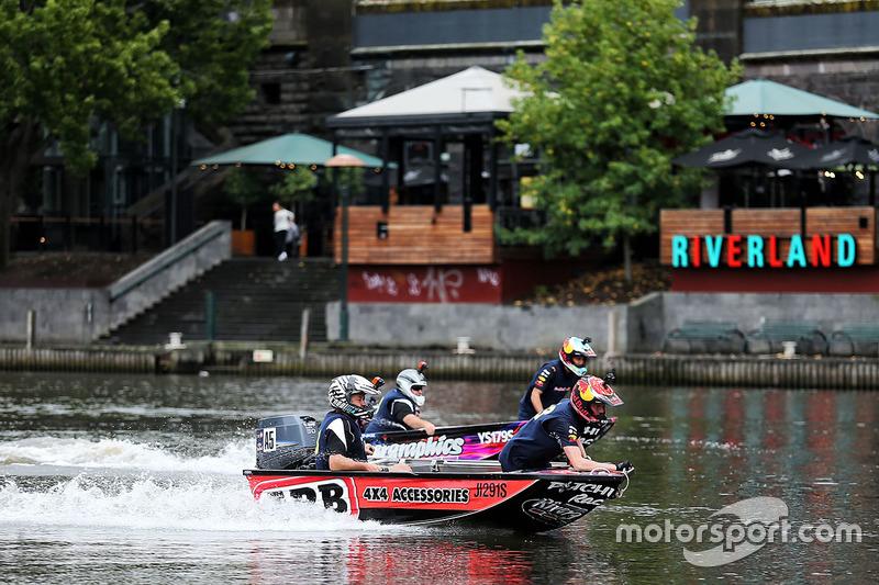 Daniel Ricciardo, Red Bull Racing y Max Verstappen, Red Bull Racing en un bote de carreras en el río Yarra