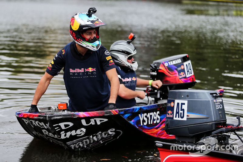 Daniel Ricciardo, Red Bull Racing en un bote de carreras en el río Yarra