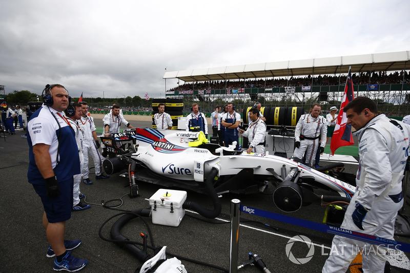 El equipo Williams prepara el coche de Lance Stroll, Williams FW40