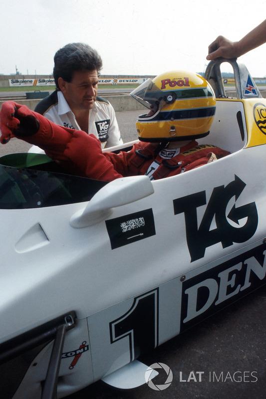 Ayrton Senna, recibe instrucciones de finales de manager del equipo Williams Allan Challis antes de