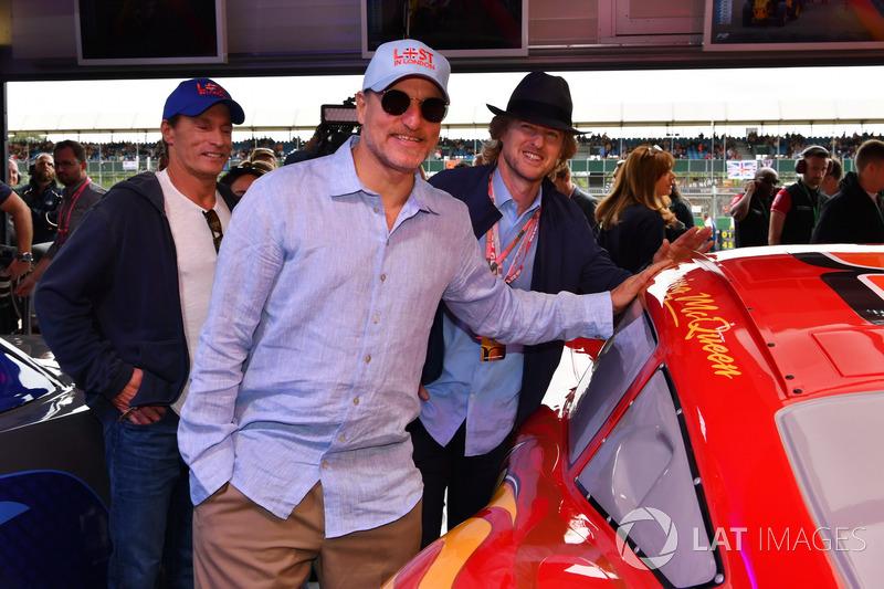 Actores Woody Harrelson y Owen Wilson, en el garaje de cars 3