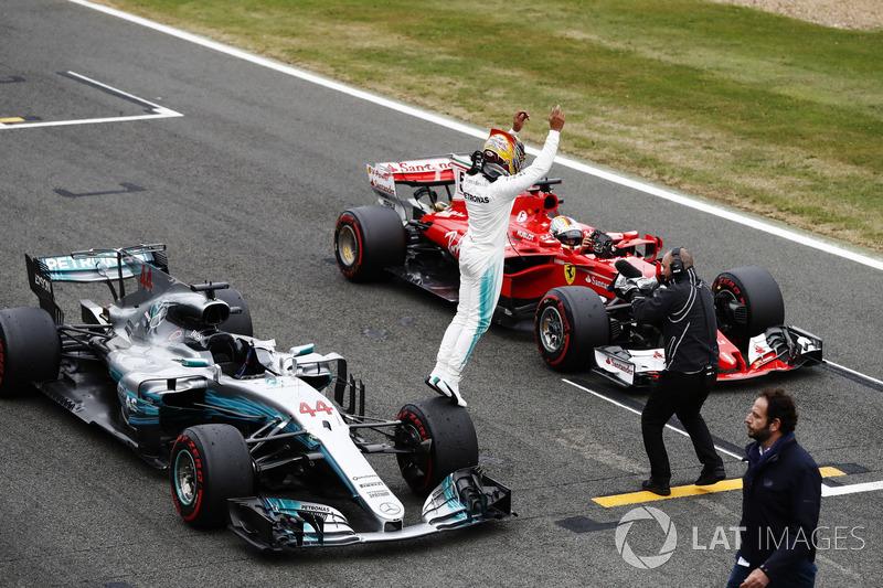 Pole Lewis Hamilton, Mercedes AMG F1 W08 aracından atlıyor ve Sebastian Vettel, Ferrari