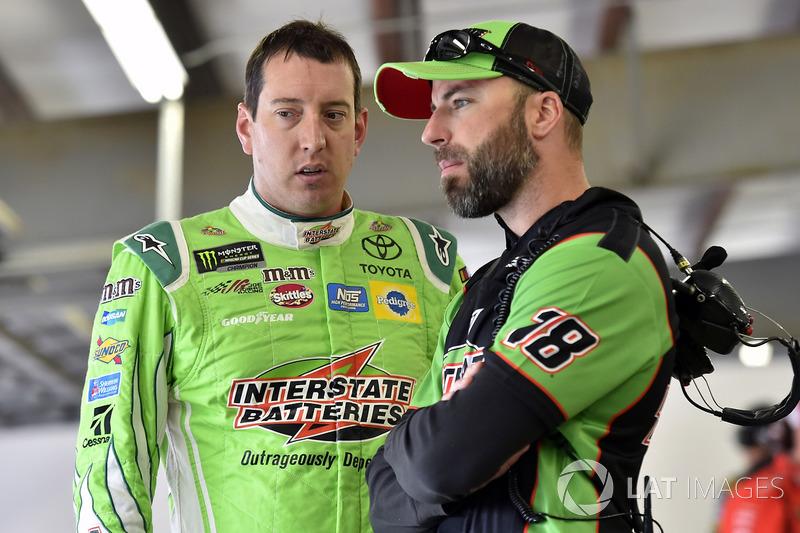 Kyle Busch, Joe Gibbs Racing Toyota, mit Crewchief Adam Stevens