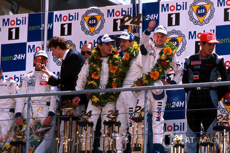 Podium: Allan McNish, Laurent Aiello, Stéphane Ortelli, Porsche 911 GT1-98