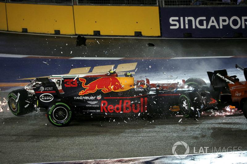 Los coches de Kimi Raikkonen, Ferrari SF70H y Max Verstappen, Red Bull Racing RB13 chocados después del accidente
