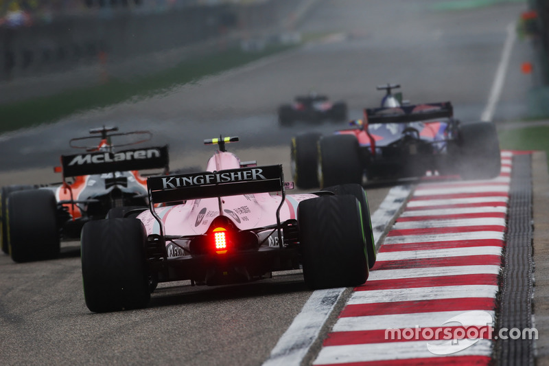Fernando Alonso, McLaren MCL32,vor Esteban Ocon, Force India VJM10
