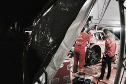 Механики работают над восстановлением Citroën C3 WRC Криса Мика и Пола Нейгла