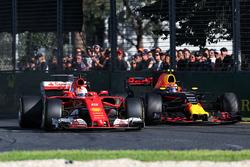 Макс Ферстаппен, Red Bull Racing RB13, и Себастьян Феттель, Ferrari SF70H