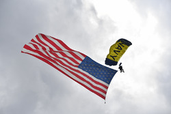 Fallschirmspringer mit Flagge der USA