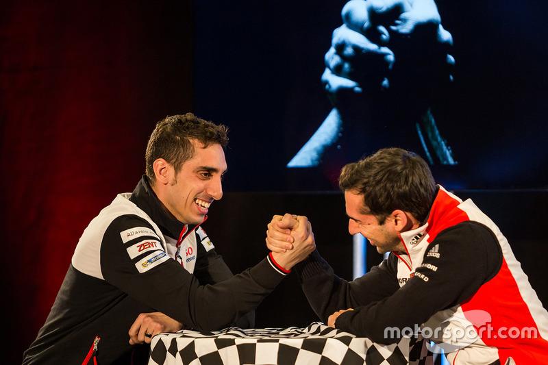 Brazo Sébastien Buemi, Toyota Racing, lucha con Neel Jani, Porsche equipo