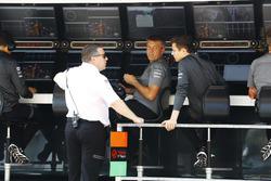 Zak Brown, Geschäftsführer, McLaren Technology Group, F3-Fahrer Lando Norris, am Kommandostand
