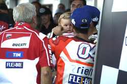 1. Andrea Dovizioso, Ducati Team, mit Cal Crutchlow, Team LCR Honda, und dessen Tochter Willow