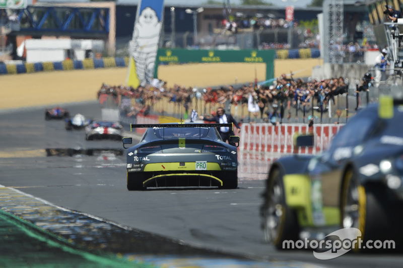 Checkered flag for #97 Aston Martin Racing Aston Martin Vantage: Darren Turner, Jonathan Adam, Daniel Serra