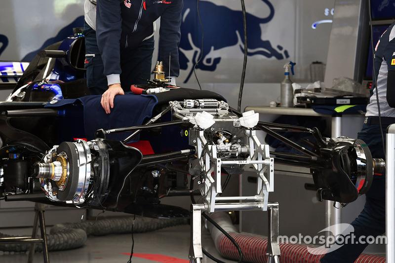 Scuderia Toro Rosso STR12 suspensión delantera