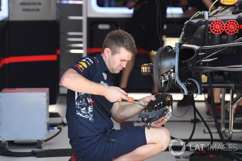 Un mécanicien Red Bull Racing travaille sur les freins avant de la Red Bull Racing RB13