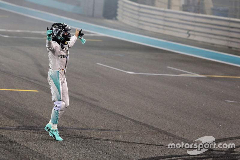 Segundo lugar y nuevo campeón mundial Nico Rosberg, Mercedes AMG F1 celebra al final de carrera
