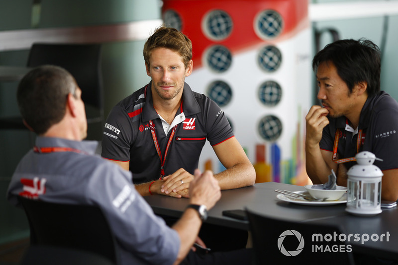 Romain Grosjean, Haas F1 Team, discute avec Günther Steiner, directeur, Haas F1 Team