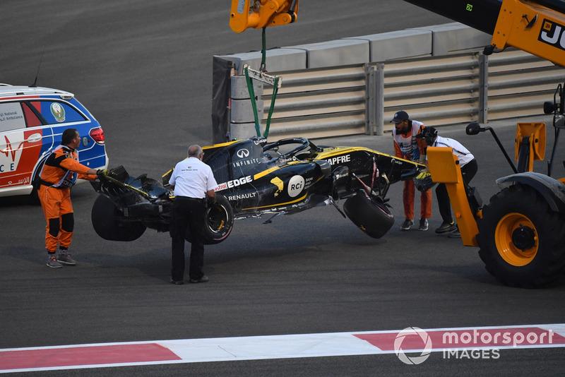 La voiture endommagée de Nico Hulkenberg, Renault Sport F1 Team R.S. 18 est dégagée