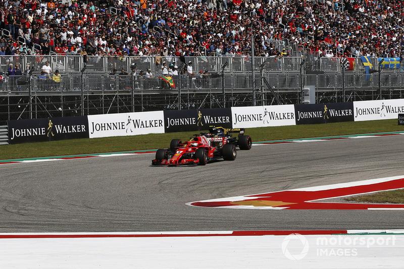 Sebastian Vettel, Ferrari SF71H y Carlos Sainz Jr., Renault Sport F1 Team R.S. 18 battle