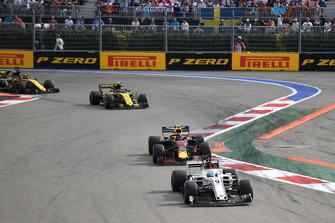 Marcus Ericsson, Sauber C37, Max Verstappen, Red Bull Racing RB14 et Carlos Sainz Jr., Renault Sport F1 Team R.S. 18