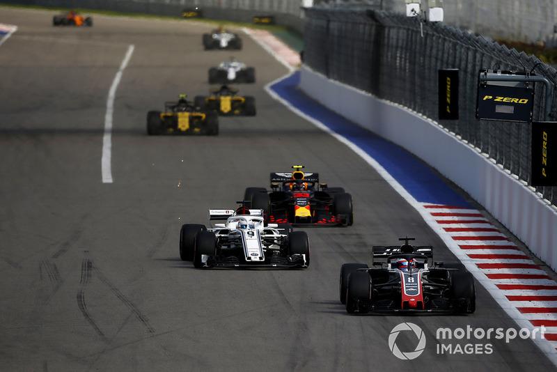 Romain Grosjean, Haas F1 Team VF-18 ve Marcus Ericsson, Sauber C37