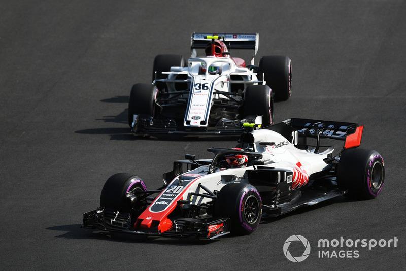 Kevin Magnussen, Haas F1 Team VF-18 et Antonio Giovinazzi, Sauber C37 battle