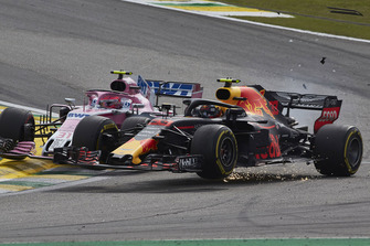 Max Verstappen, Red Bull Racing RB14, ed Esteban Ocon, Racing Point Force India VJM11, si urtano