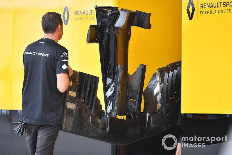 Механик Renault Sport F1 Team с передним крылом Renault RS18
