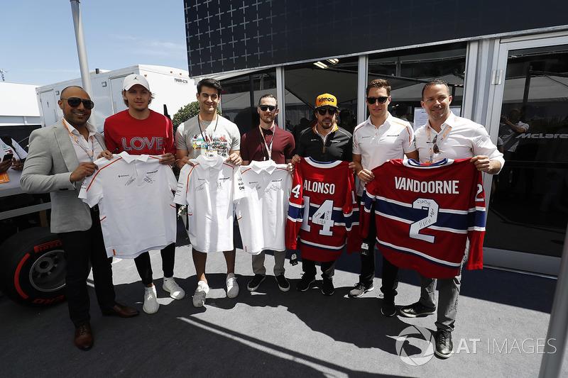 Fernando Alonso, McLaren, Stoffel Vandoorne, McLaren, bersama pemain hoki