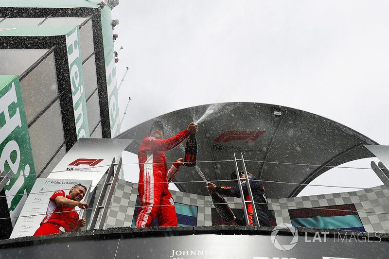 Sebastian Vettel, Ferrari, 1° classificato, spruzza lo Champagne dal podio