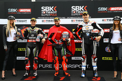 Il poleman Tom Sykes, Kawasaki Racing, il secondo classificato Jonathan Rea, Kawasaki Racing, il terzo classificato Loris Baz, Althea Racing