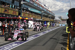 Sergio Perez, Force India VJM11 Mercedes, au stand