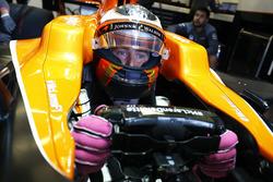 Stoffel Vandoorne, McLaren MCL32, est assis dans sa voiture dans le garage