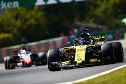 Nico Hulkenberg, Renault Sport F1 Team R.S. 18, leads Romain Grosjean, Haas F1 Team VF-18