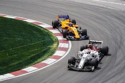 Charles Leclerc, Sauber C37, voor Fernando Alonso, McLaren MCL33