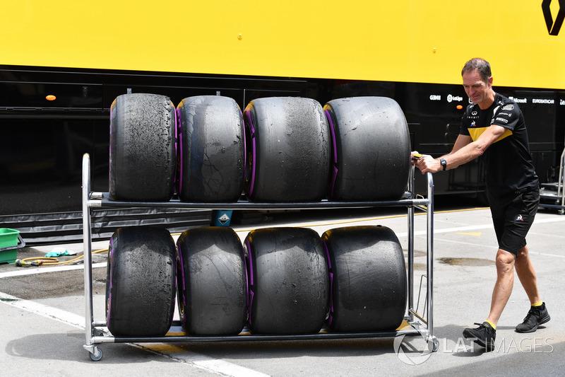 Renault Sport F1 Team mechanic and Pirelli tyres