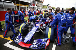 Les ingénieurs avec la voiture de Pierre Gasly, Toro Rosso STR13, sur la grille de départ
