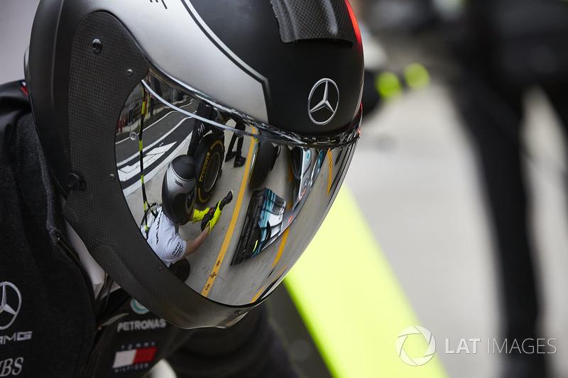 El detalle en el visor de un miembro del equipo Mercedes
