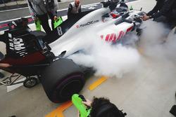 Romain Grosjean, Haas F1 Team VF-18 Ferrari, s'arrête dans la voie des stands