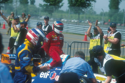 Michael Schumacher, Benetton gives Jean Alesi, Ferrari, a lift back