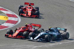 Kimi Raikkonen, Ferrari SF71H ve Valtteri Bottas, Mercedes-AMG F1 W09 EQ Power+