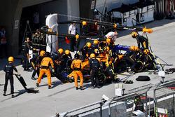 Stoffel Vandoorne, McLaren MCL33 au stand