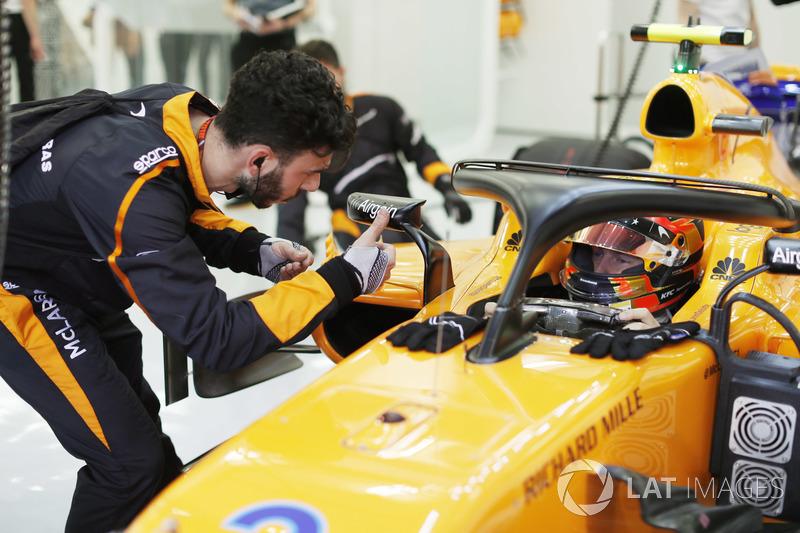 Stoffel Vandoorne, McLaren MCL33 Renault, in his cockpit