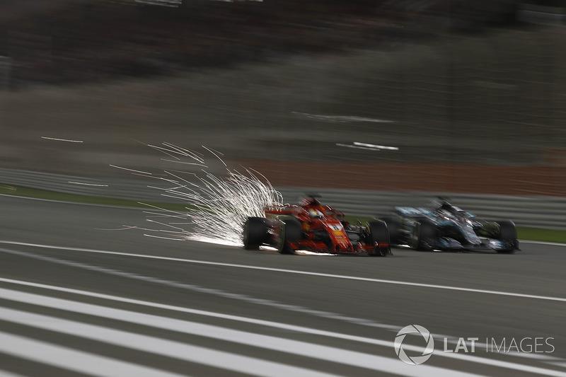 Sebastian Vettel, Ferrari SF71H y Lewis Hamilton, Mercedes-AMG F1 W09 EQ Power+ batalla
